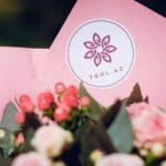 наклейка с лого на букет цветов